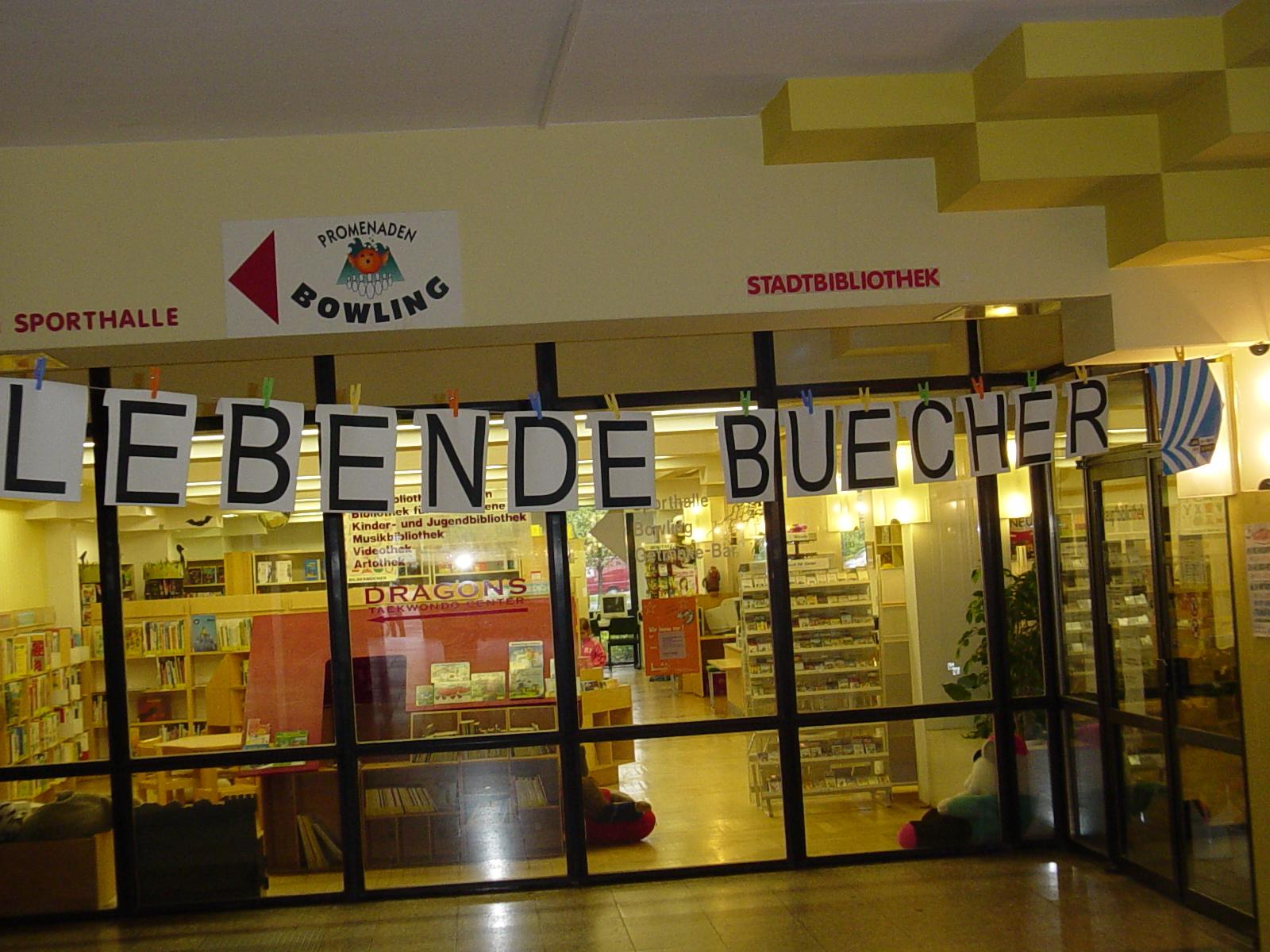 Eingang zur Stadtbibliothek Marzahn-Hellersdorf am 20.4.2007