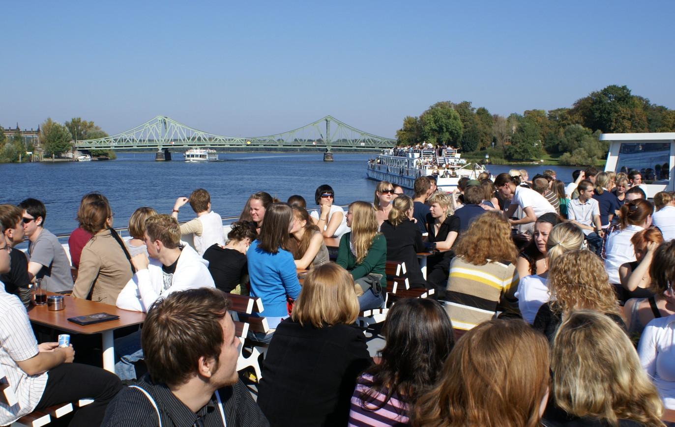 500 Studienanfänger auf zwei Booten vor der Glienicker Brücke