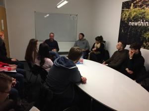 Markus Beckedahl befragt von Erstsemestern der Informationswissenschaft (im gemeinsamen Sitzungsraum bei Newthinking)